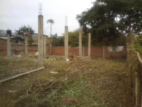 El terreno con bases y columnas